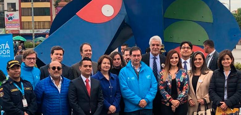 Alcalde Enrique Peñalosa acompañado con funcionarios