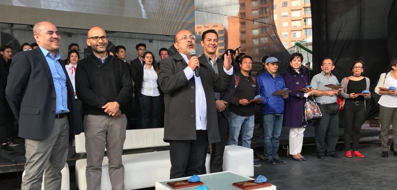 director en tarima junto a directivos celebración 50 años
