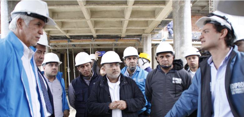 Alcalde y director en visita de Obra UPI Bosa
