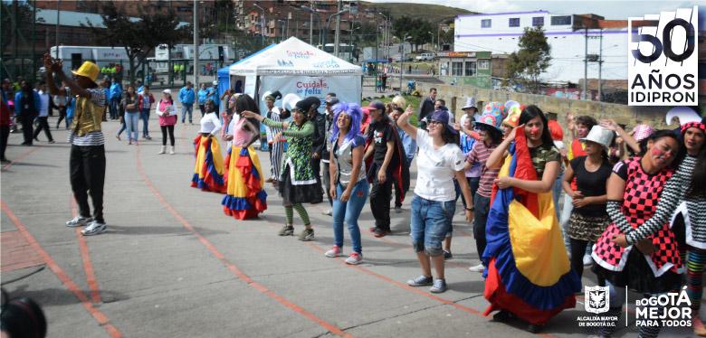 jóvenes IDIPRON en feria de servicios Ciudad Bolivar
