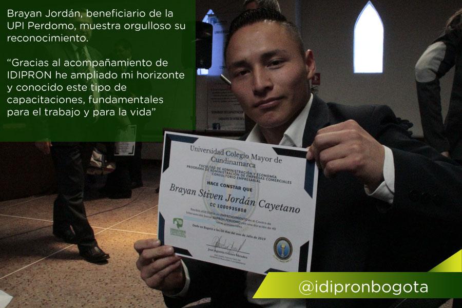 Beneficiario idipron orgulloso con su reconocimiento