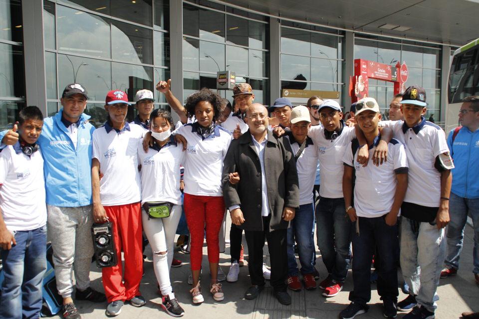 Director y jóvenes en aeropuerto