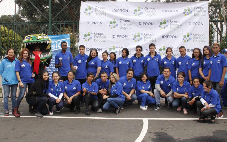 jóvenes en feria IDIPRON y grupo energía Bogotá