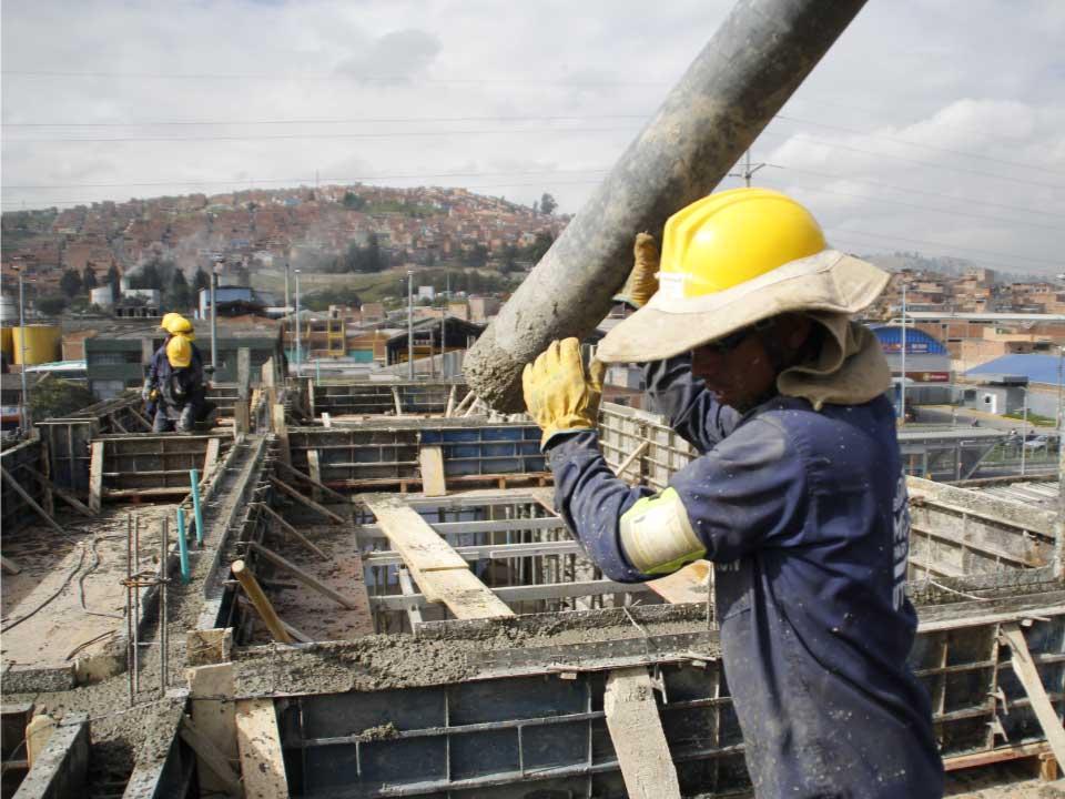 Operario aplicando cemento