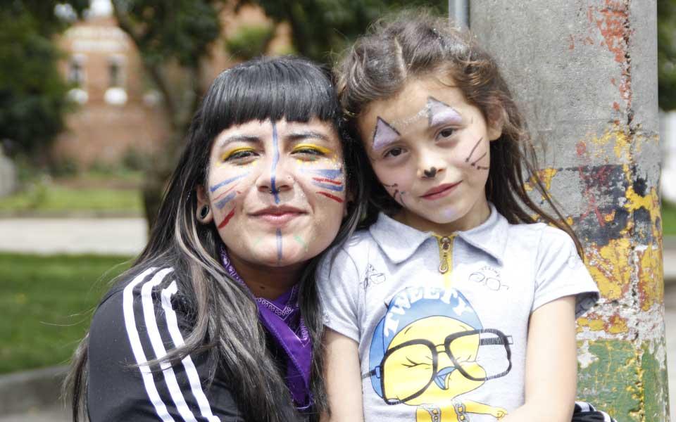 Rostros niña y profesora día del niño