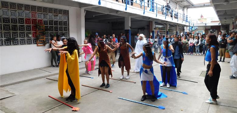 Jóvenes bailando en el encuentro literario IDIPRON