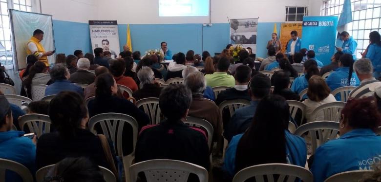 Jóvenes reunidos escuchando conferencia